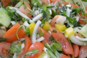 Salata de rosii cu castraveti, ceapa sirucola
